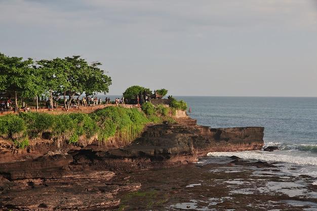 Templo de tanah lot na ilha de bali, indonésia