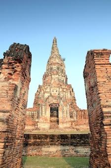 Templo de tijolos em ruínas em ayutthaya, tailândia (wat chaiwattanaram)