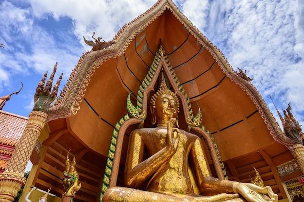 Templo de tuum sua (templo da caverna do tigre), templo mais popular em kanchanaburi, tailândia