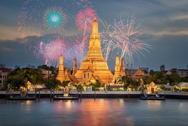 Templo de wat arun ao pôr do sol em bangkok tailândia para viagens de exibição