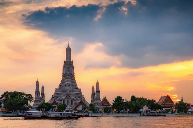 Templo de wat arun durante o por do sol em banguecoque, tailândia, um do marco famoso de banguecoque, tailândia.