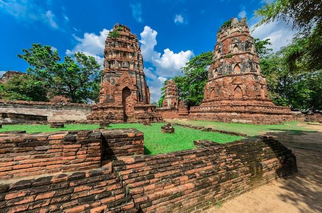 Templo de wat mahathat no parque histórico de ayutthaya, um patrimônio mundial da unesco, tailândia
