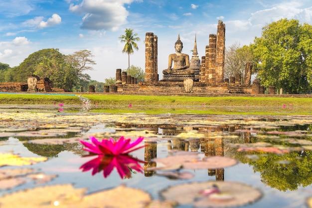 Templo de wat mahathat no parque histórico de sukhothai, tailândia