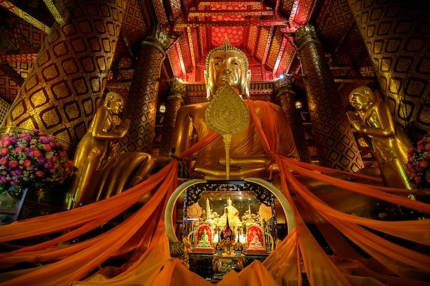 Templo de wat phananchoeng interesting com um fluxo constante de fiéis na tailândia.
