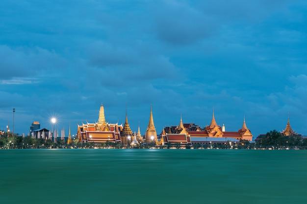 Templo do buda de esmeralda e grand palace, a famosa atração em bangkok