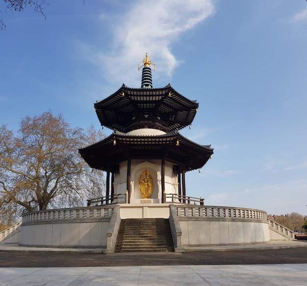 Templo do pagode da paz no parque de battersea pelo rio tamisa, londres, reino unido