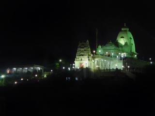Templo durante a noite