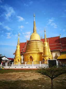 Templo e céu azul em chiang rai tailândia