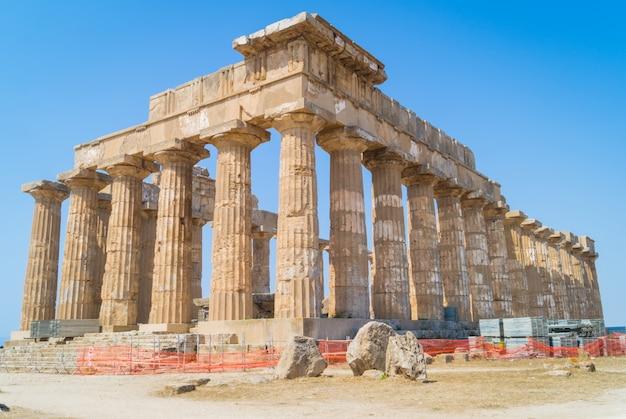 Templo e em selinunte na sicília é um templo grego da ordem dórica