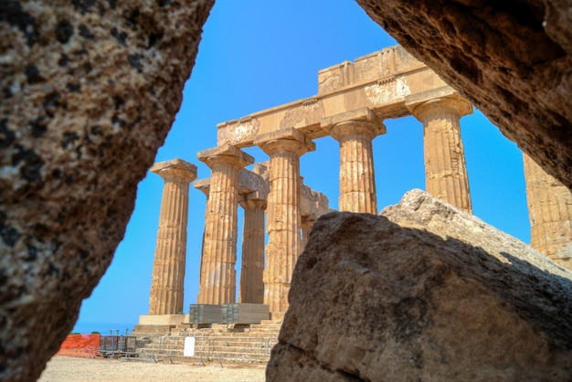 Templo e em selinunte na sicília enquadrado nas ruínas