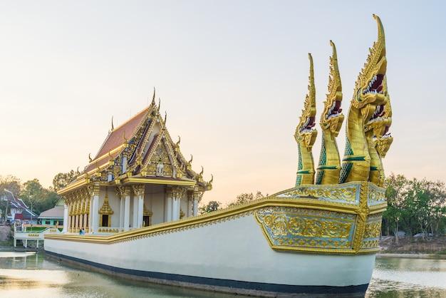 Templo em um grande barco.