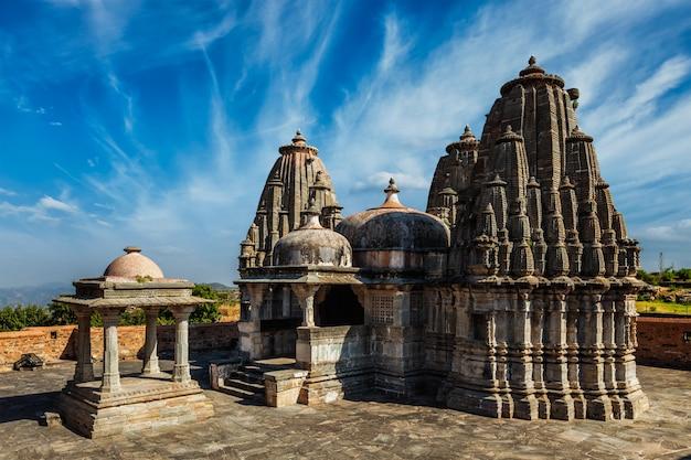 Templo hindu de yagya mandir no forte de kumbhalgarh. índia