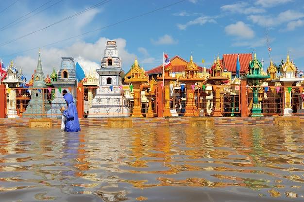 Templo inundado em nakorn rachasrima ao norte de tailândia.