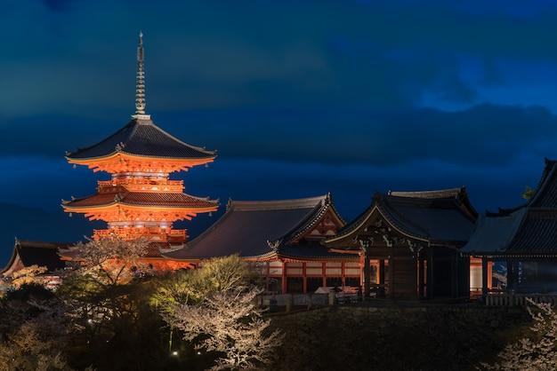 Templo kiyomizu hora azul antes de escurecer, kyoto