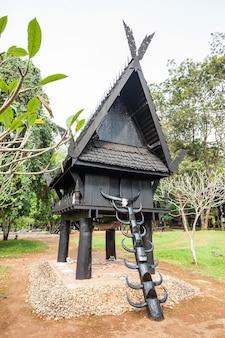 Templo negro na cidade de chiang rai, tailândia