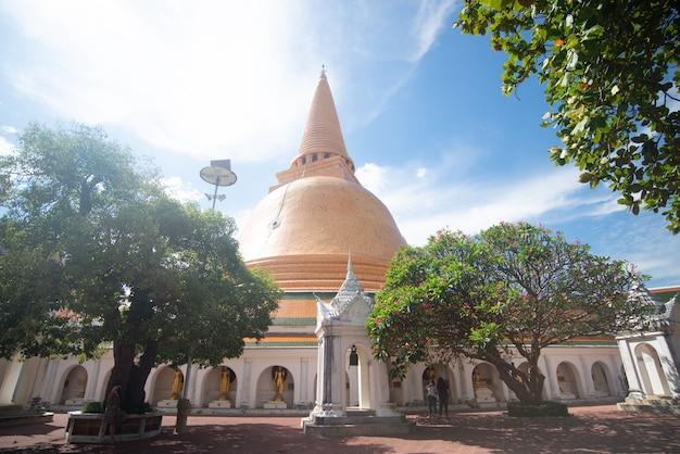 Templo prapathom chedi, o maior pagode de nakornpathom, tailândia. o destino mais famoso de nakornpathom.
