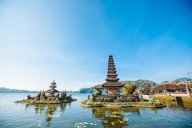 Templo pura bratan em bali, indonésia