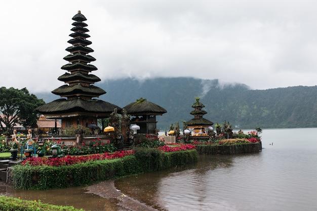 Templo pura ulun danu bratan em bali, indonésia