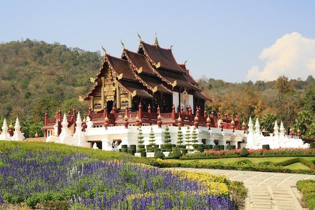 Templo real de madeira no jardim de flores e montanha, tailândia chiangmai