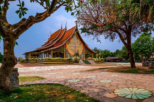 Templo siriangorn wararam phu pao, ubon ratchani, tailândia