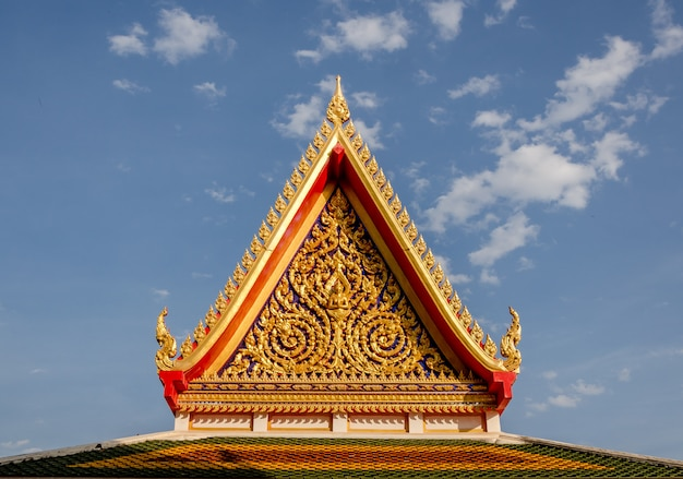 Templo tailandês e céu azul