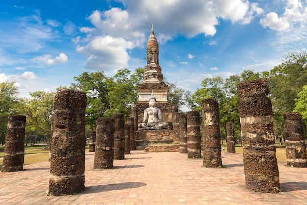 Templo traphang ngoen no parque histórico de sukhothai, tailândia