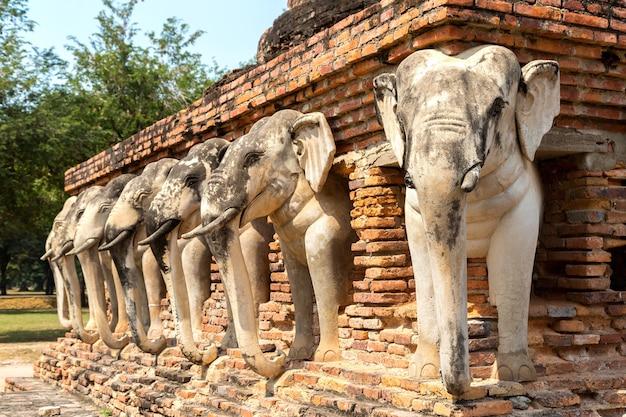 Templo wat sorasak conhecido como templo do elefante no parque histórico de sukhothai, na tailândia