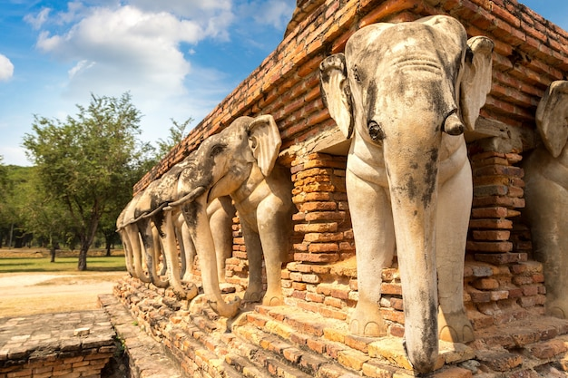 Templo wat sorasak templo do elefante no parque histórico de sukhothai, tailândia