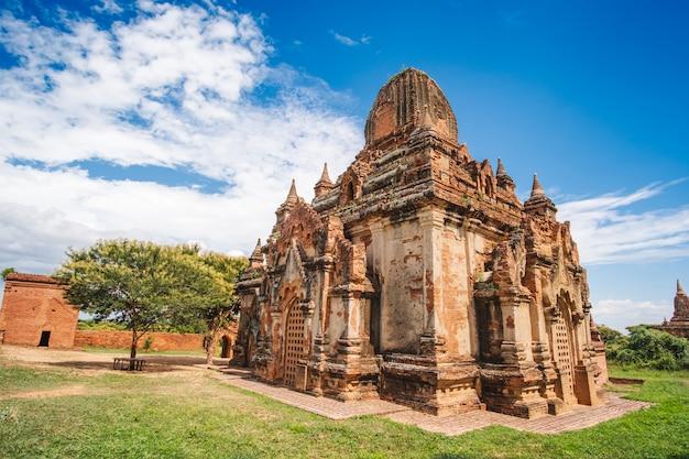 Templos antigos e pagode da manhã bonita na zona arqueológico, marco e popular para atrações turísticas e destino em bagan, myanmar. conceito de viagens na ásia