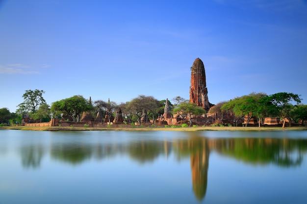 Templos antigos na opinião da reflexão do rio do pântano. (parque histórico de ayutthaya)