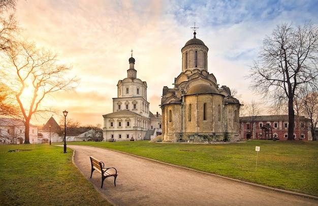Templos do mosteiro de andronikov em moscou nos raios do sol poente