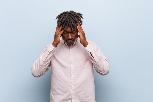 Templos tocantes do homem negro africano novo do negócio e ter a dor de cabeça.