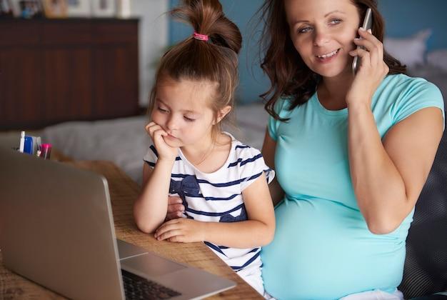 Tempo adorável com mãe e filha