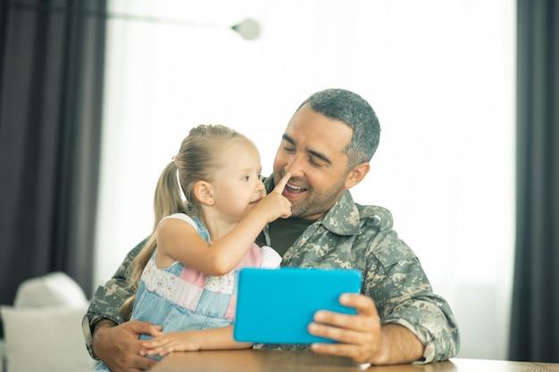 Tempo com a filha. membro das forças armadas sentindo-se feliz voltando para casa e passando um tempo com a filha