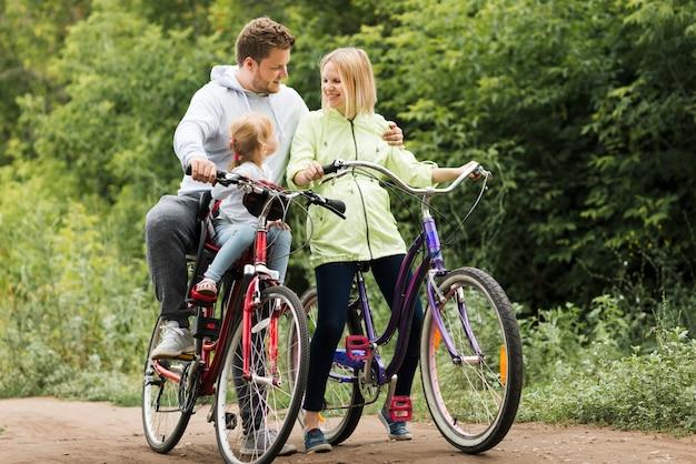 Tempo de família feliz com bicicletas