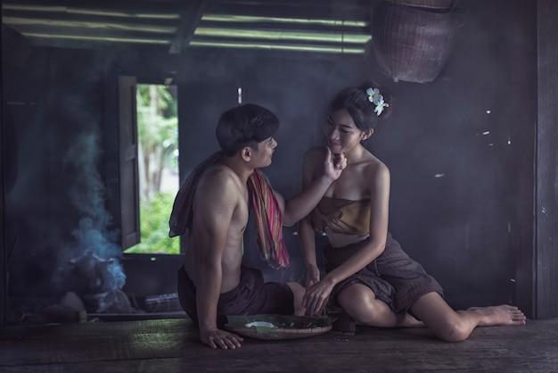 Tempo de felicidade da família tailandesa casal