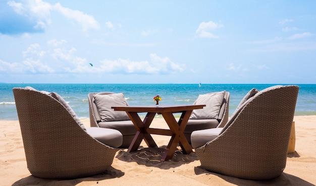 Tempo de férias com uma cadeira relaxante, mobília vivendo situado na praia pelo mar de verão em pattaya, tailândia