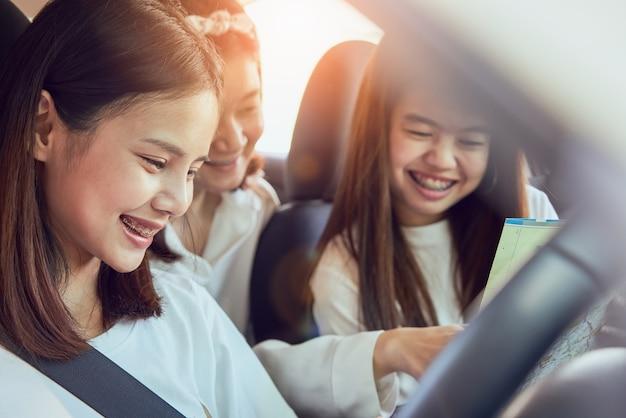 Tempo de férias e viagens, três belas jovens mulheres alegres viaja.