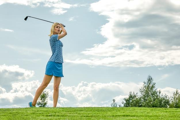 Tempo de golfe de mulheres segurando o equipamento de golfe em campo verde