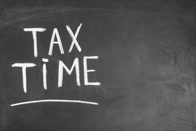 Tempo de imposto escrito texto no encosto preto