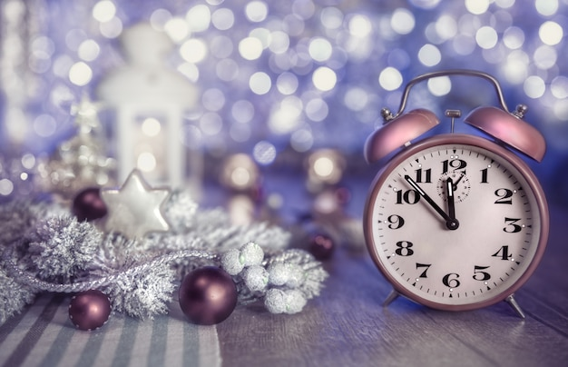 Tempo de natal com relógio e decoração