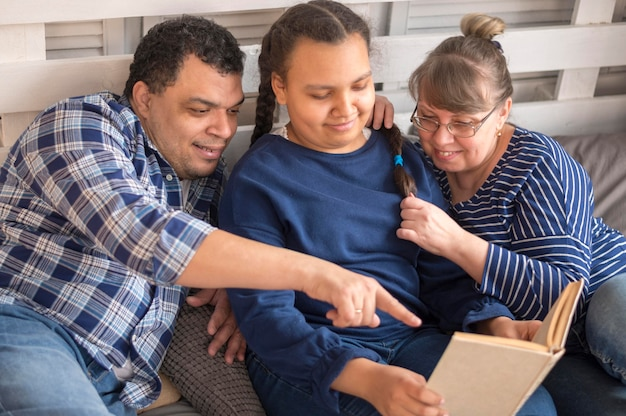 Tempo de palestra em família de alto ângulo