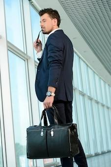 Tempo de partida de espera do voo do homem de negócios.