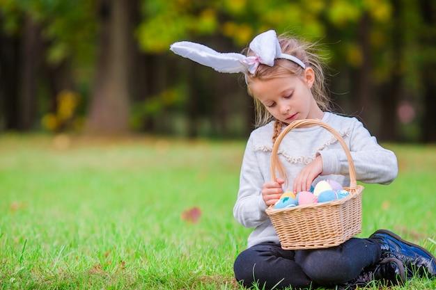 Tempo de páscoa. kid na páscoa ao ar livre
