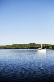 Tempo de paz. lago para barcos