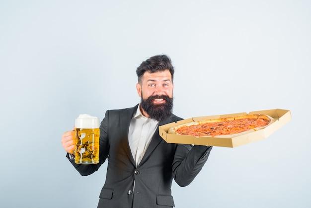 Tempo de pizza fastfood homem barbudo com saborosa pizza e cerveja nas mãos sorrindo homem com barba segura