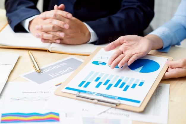 Tempo de reunião de negócios. a apresentação da ideia, analisa o conceito de plans.business.
