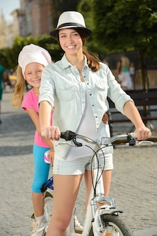 Tempo de sorriso bonito da mãe e da filha na cidade.