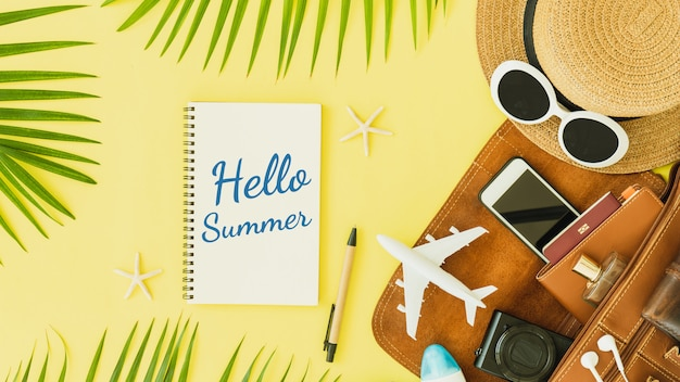 Tempo de viajar citação no caderno com chapéu e avião