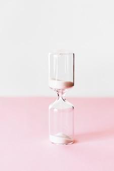 Tempo de vidro com areia branca.